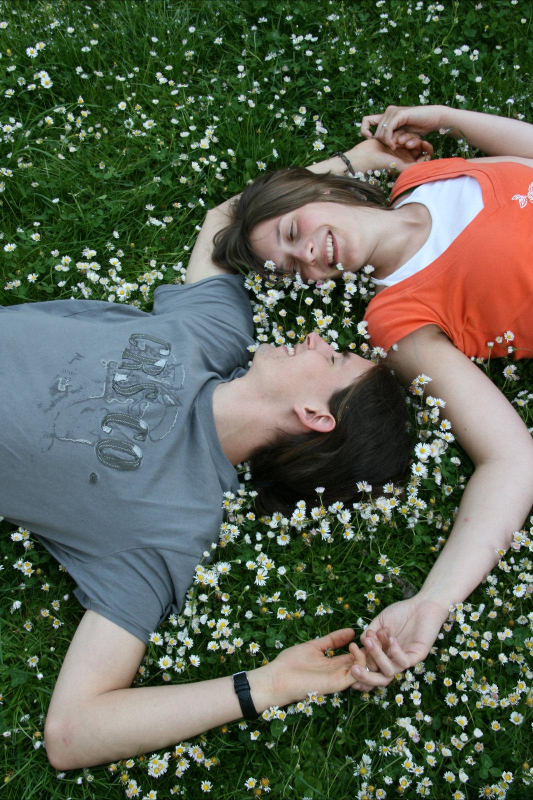 Liebespaar auf Gänseblümchen