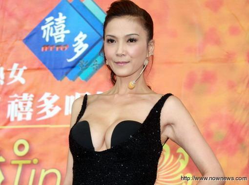 台湾美魔女丁国琳新片签唱会 爆乳露背 大秀好身材
