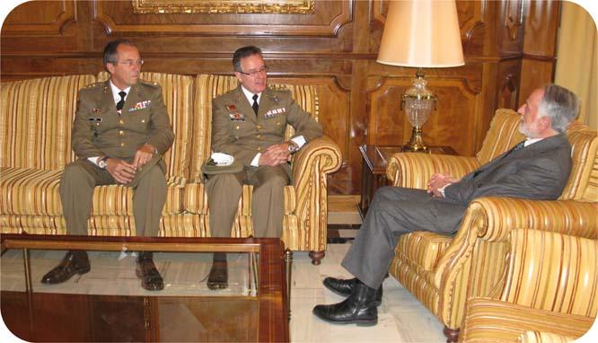 El presidente de la Asamblea recibe al nuevo coronel jefe del Regimiento de Artillería Antiaérea
