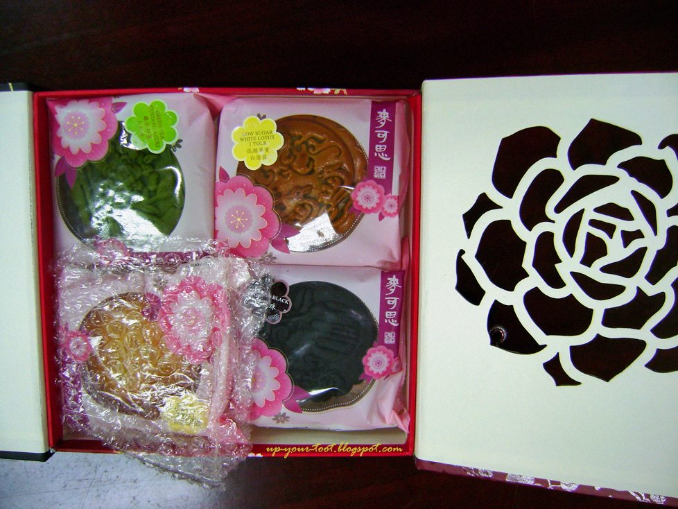 mooncakes and box